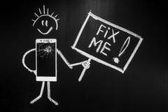 Le verre cassé du smartphone en tant que personne sur le fond noir avec le panneau d'affichage avec le ` des textes me fixent ! ` Images stock