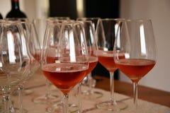 Le verre d'échantillon de vin et s'est levé vin, Sardaigne, Italie photo libre de droits