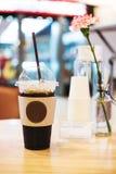 Le verre d'Americano a glacé le café sur la table en bois Images libres de droits