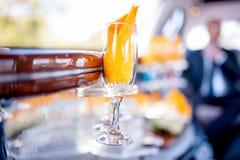 Le verre de Champagne dans la limousine, jour du mariage, célébration boit Photo libre de droits