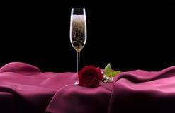 Le verre de champagne et s'est levé sur le noir Photo stock