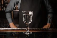 Le verre de cocktail a rempli de boisson alcoolisée sur le compteur de barre photos stock