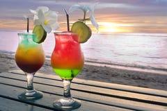 Le verre de deux cocktails a servi dans une station de vacances de lune de miel de l'île du Pacifique Photos libres de droits