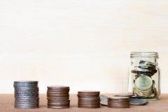 Le verre de gamme de pièce de monnaie et de quatre poteaux des pièces de monnaie sur le vintage a brouillé le Ba Photo stock
