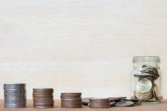 Le verre de gamme de pièce de monnaie et de quatre poteaux des pièces de monnaie sur le vintage a brouillé le Ba Image libre de droits