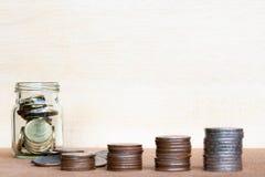 Le verre de gamme de pièce de monnaie et de quatre poteaux des pièces de monnaie sur le vintage a brouillé le Ba Images stock