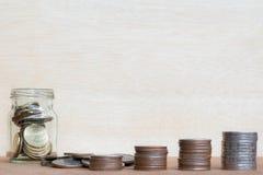 Le verre de gamme de pièce de monnaie et de quatre poteaux des pièces de monnaie sur le vintage a brouillé le Ba Image stock