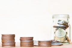 Le verre de gamme de pièce de monnaie et de quatre poteaux des pièces de monnaie sur le vintage a brouillé le Ba Images libres de droits