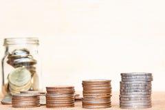 Le verre de gamme de pièce de monnaie et de quatre poteaux des pièces de monnaie sur le vintage a brouillé le Ba Photo libre de droits