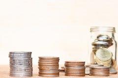 Le verre de gamme de pièce de monnaie et de quatre poteaux des pièces de monnaie sur le vintage a brouillé le Ba Photos stock