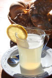 Le verre de lemonad chaud sur une table Images stock