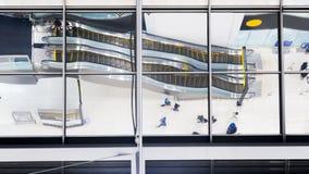 Le verre de réflexion de personnes de vue supérieure marchent et reposent l'escalator d'escalier Photographie stock libre de droits