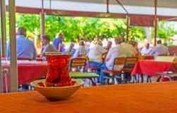 Le verre de thé dans la maison de thé d'Antalya Images libres de droits