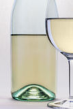 Le verre de vin blanc et le plan rapproché de bouteille islolated sur le backgroun blanc photographie stock