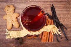 Le verre de vin chaud a enveloppé l'écharpe, pain d'épice, épices parfumées fraîches Images libres de droits
