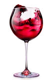 Le verre de vin rouge avec éclabousse d'isolement sur un blanc Photo libre de droits