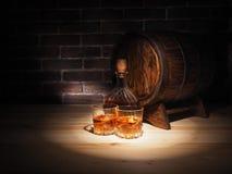 Le verre de whiskey, le cigare et le vieux chêne barrel Photo stock