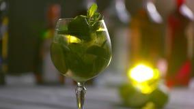 Le verre du cocktail tourne banque de vidéos