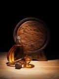 Le verre du cognac, le cigare et le vieux chêne barrel Photographie stock libre de droits