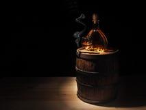 Le verre du cognac, le cigare et le vieux chêne barrel Photos libres de droits