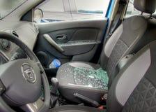 Le verre est répandu partout dans les sièges de voiture après un robery Photographie stock libre de droits