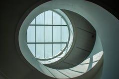 Le verre rond sur le plafond du bâtiment, est fortement une façon efficace d'ajouter la lumière à l'intérieur du bâtiment image stock