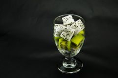 Le verre transparent, morceaux de fruit, kiwi, Pitaya Photo stock
