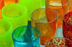 Le Verre-travail coloré met en forme de tasse le fond Photographie stock libre de droits