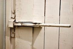 Le verrou sur la porte en bois Photo libre de droits