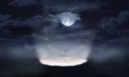 Le versement léger hors d'un trou dans la terre image stock