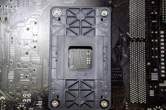 Le verso du microboard Soudure de contacts Pièces soudées Conseil électronique avec les composants électriques images stock