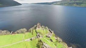Le vert aérien célèbre Ecosse Royaume-Uni de tir de Loch Ness banque de vidéos