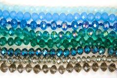 Le vert bleu coloré Shinny Crystal Beads Glass Isoalted sur la beauté faite main de mode de fond de copie de passe-temps blanc de images stock