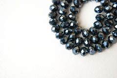 Le vert bleu coloré Shinny Crystal Beads Glass Isoalted sur la beauté faite main de mode de fond de copie de passe-temps blanc de photos libres de droits
