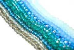 Le vert bleu coloré Shinny Crystal Beads Glass Isoalted sur la beauté faite main de mode de fond de copie de passe-temps blanc de photographie stock libre de droits
