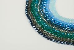 Le vert bleu coloré Shinny Crystal Beads Glass Isoalted sur la beauté faite main de mode de fond de copie de passe-temps blanc de photo libre de droits