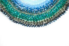 Le vert bleu coloré Shinny Crystal Beads Glass Isoalted sur la beauté faite main de mode de fond de copie de passe-temps blanc de photos stock