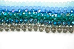 Le vert bleu coloré Shinny Crystal Beads Glass Isoalted sur la beauté faite main de mode de fond de copie de passe-temps blanc de image stock