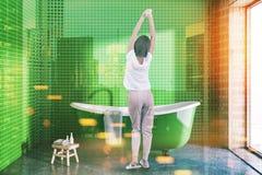 Le vert a couvert de tuiles l'intérieur de salle de bains modifié la tonalité Photos stock