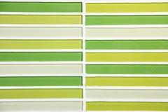 Le vert a couvert de tuiles le mur pour le fond Photo stock