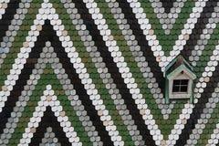 Le vert couvre de tuiles le dessus de toit Images stock
