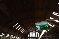 Le vert de chemin de sortie de secours signent dans un bel intérieur environnant industriel - construction d'un hangar photos libres de droits