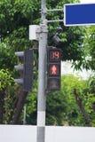 Le ` vert de poteau de signalisation disparaissent ` droit sur le fond brouillé Photo stock