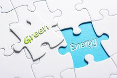 Le vert et l'énergie de mots dans le casse-tête absent de morceau photo libre de droits