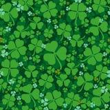Le vert laisse à trèfle le modèle sans couture Lame chanceuse de trèfle Quatre-feuille et trèfle trifolié Photographie stock libre de droits