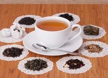 Le vert, le noir et le fruit desserrent le thé Images stock