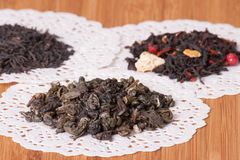 Le vert, le noir et le fruit desserrent le thé Photographie stock