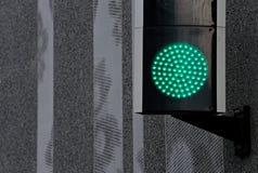 Le vert a mené la lumière sur un mur Photo stock