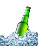 Le vert misted au-dessus de la bouteille de bière sur la glace photographie stock