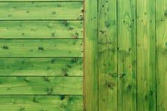 Le vert a peint la texture en bois avec les bandes horizontales et verticales photo stock